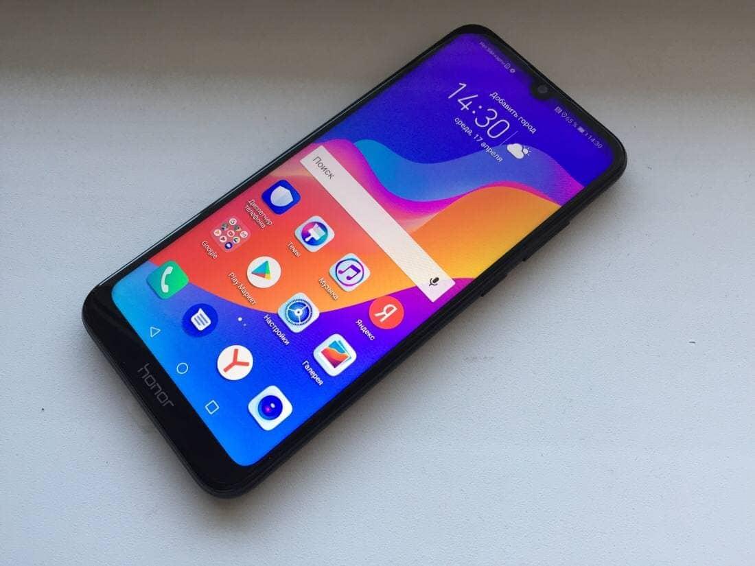 Биз Huawei Honor 8A NFC контактсыз төлөм колдоосу менен смартфонун ойнотуп жатабыз